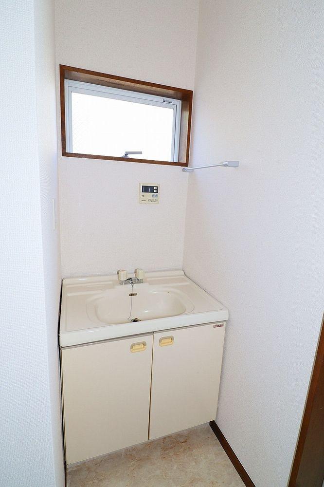 洗面所には窓が有ります