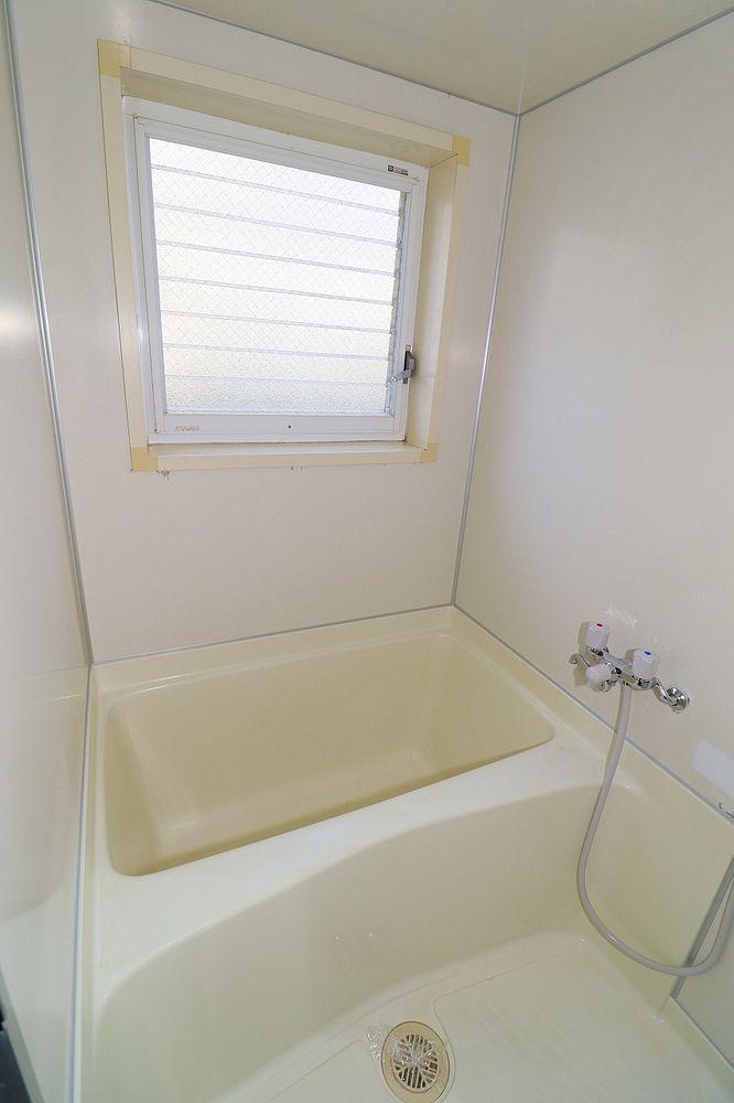 浴室も窓付きで明るく、換気もらくらく♪