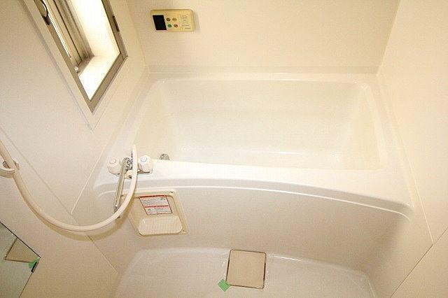 浴室は追焚機能付き 窓もあります