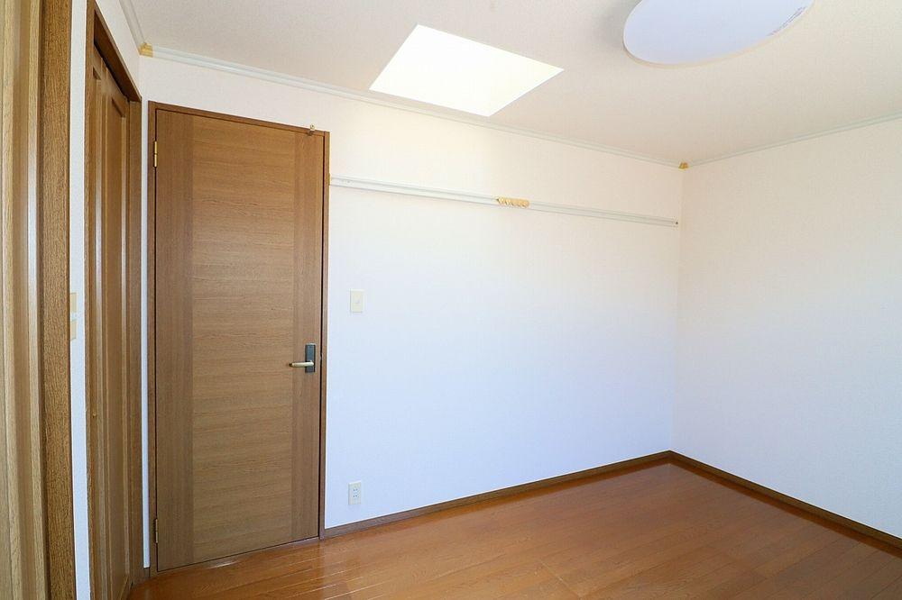 6帖洋室天井には採光窓があり、明るいお部屋です