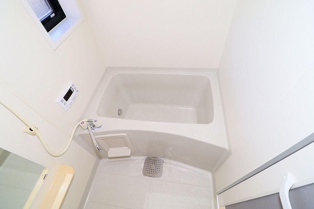 浴室は追焚付き 窓もあり換気も出来ます