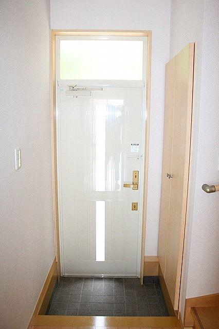 玄関は採光窓付きで明るい空間♪