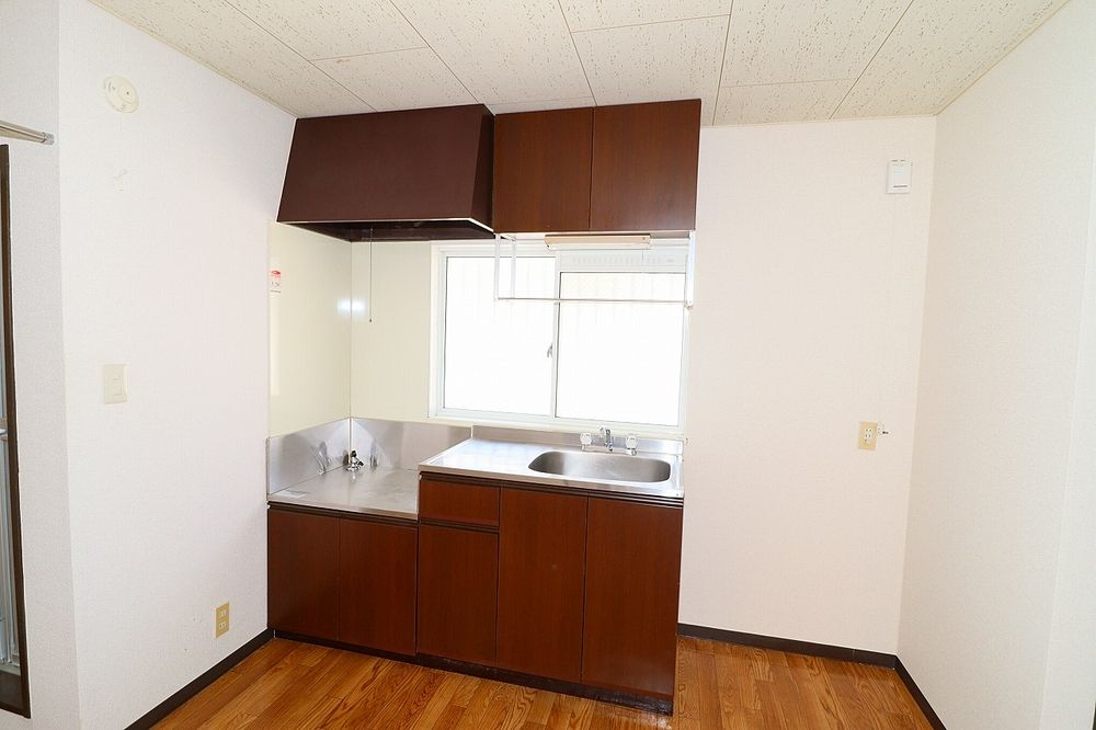 キッチンは窓付きで換気も出来る明るいキッチン