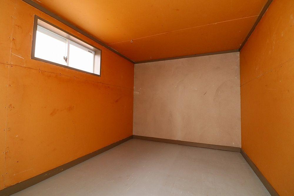 屋根裏収納は窓付き