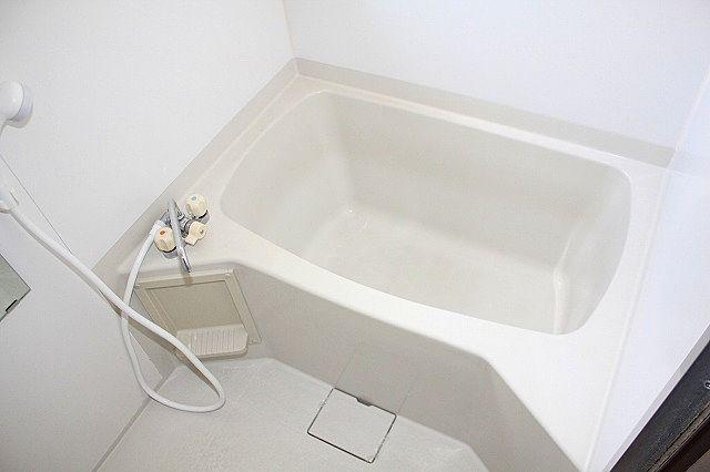 浴室は窓付きで換気も出来ます