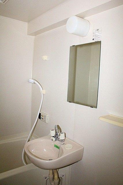 浴室鏡で身支度も出来ます