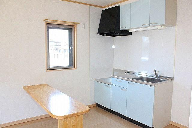 カウンター付き 窓付きで換気も出来る明るいキッチン