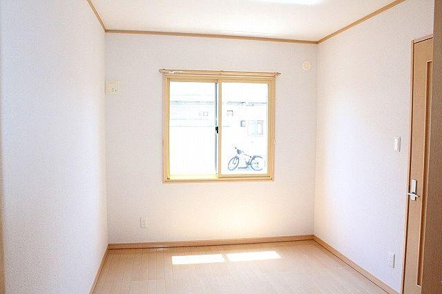 洋室も明るいお部屋です