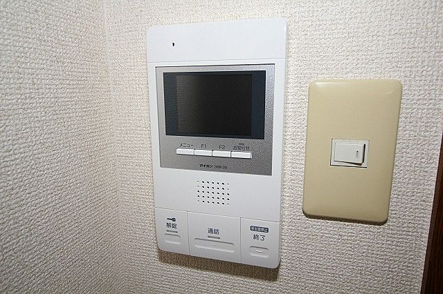 来訪者の対応はTVモニター付オートロック、インターホンで
