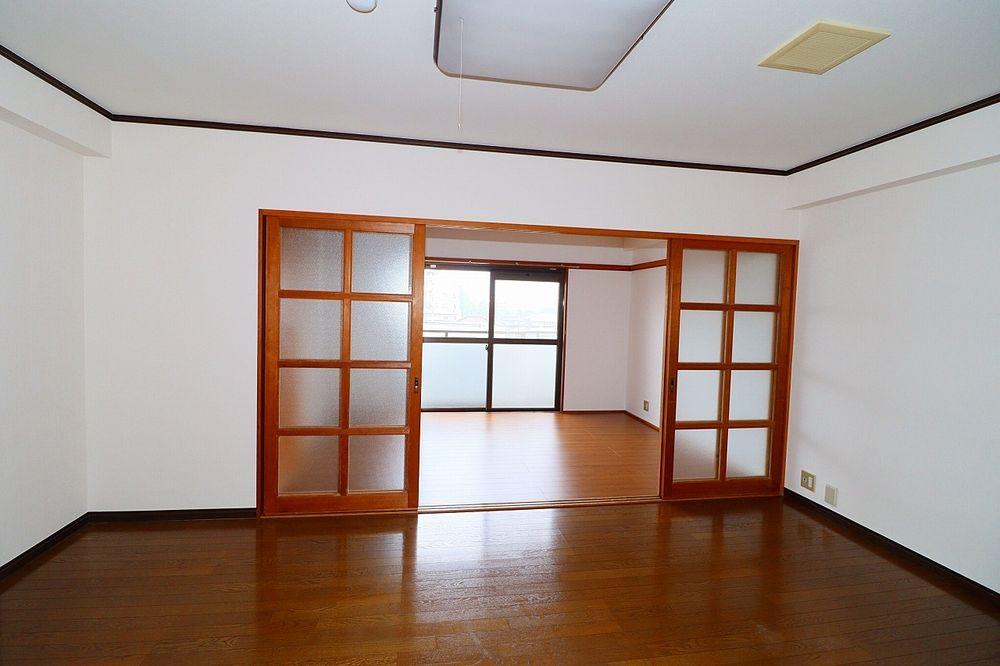 LDK、洋室間 仕切り戸を開ければ解放感UP!