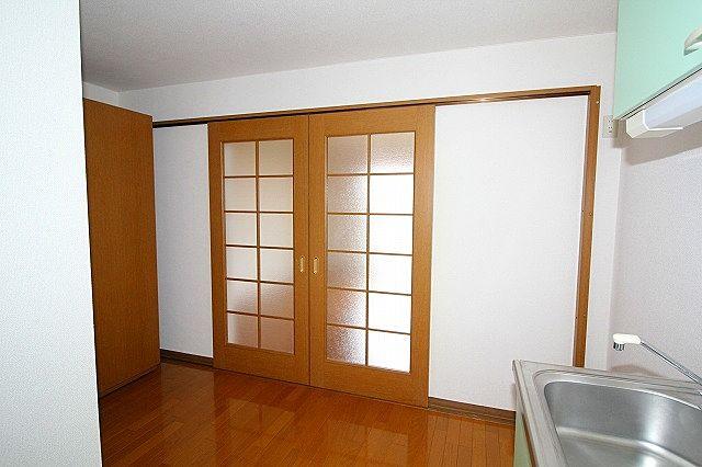 洋室との仕切り戸を閉めれば独立したお部屋