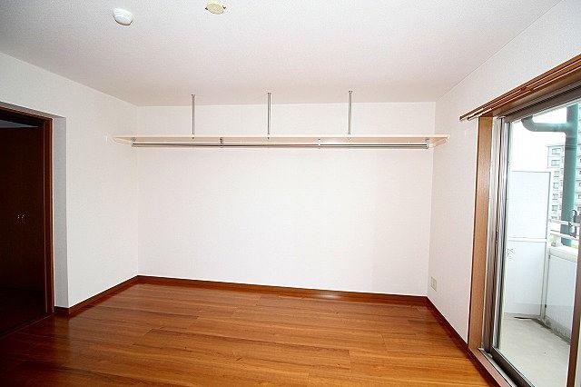 上部吊り棚は洋服を掛けたりと何かと便利です♪