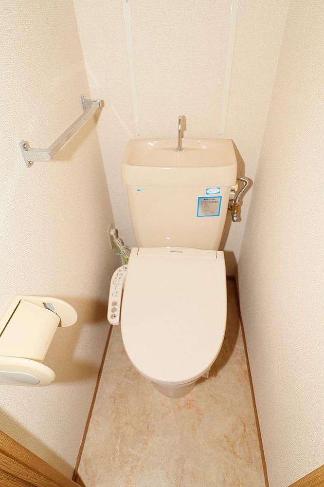 トイレは温水洗浄便座付き 棚も有ります