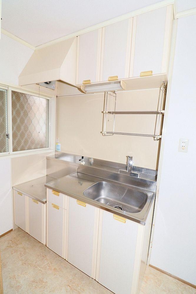 窓付きで換気も出来る明るいキッチン