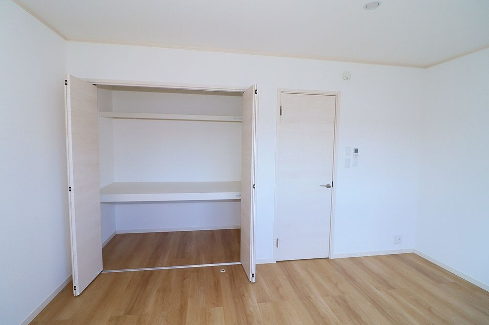 収納は上部棚付き 衣装ケースを置くこともできます