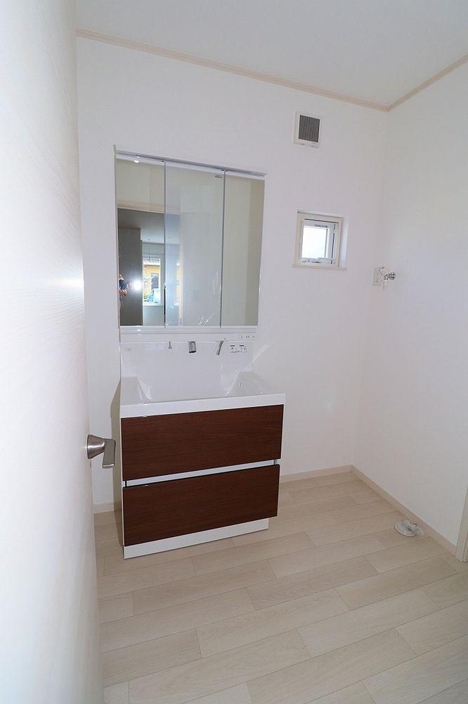 朝の身支度にも便利なシャワー付き洗面台 洗面脱衣所 洗濯機置き場