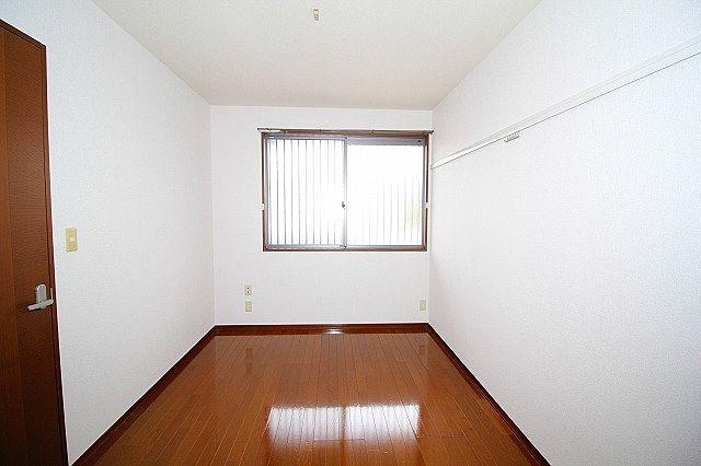 角に配した個室間ある洋室