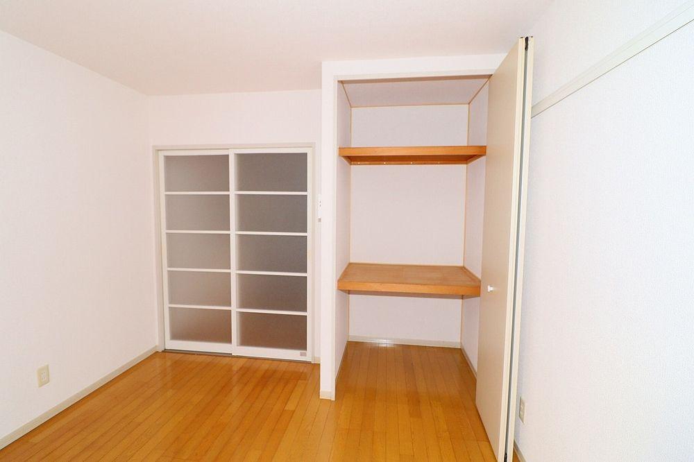 収納は棚付き 衣装ケースを置くこともできます