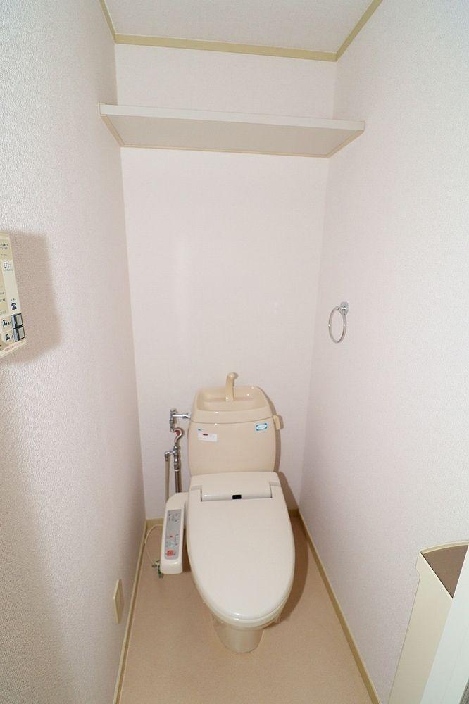 トイレは温水洗浄便座付き 棚も付いています