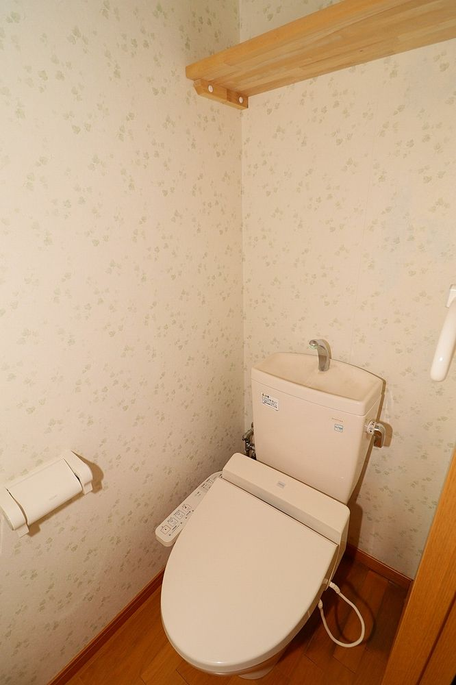 トイレは温水洗浄便座付き 上部棚もあります