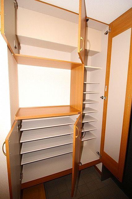 下駄箱は棚の高さを変えられるので、ブーツ等の収納もらくらく♪