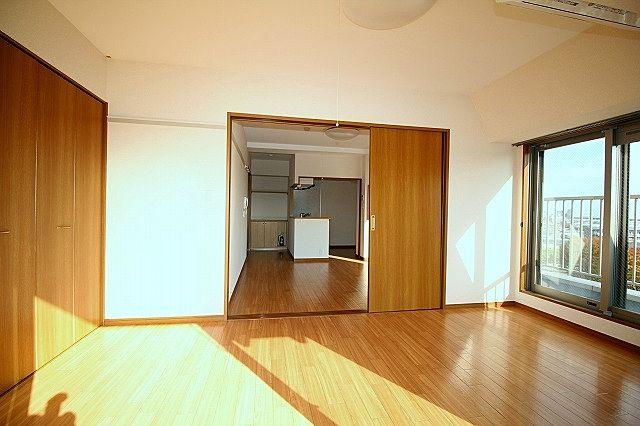 リビング間の仕切り戸を開ければ17.5帖の広いお部屋に♪