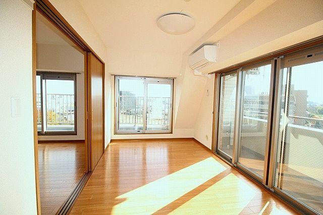 朝日が入る東側に窓が多く、明るいお部屋♪