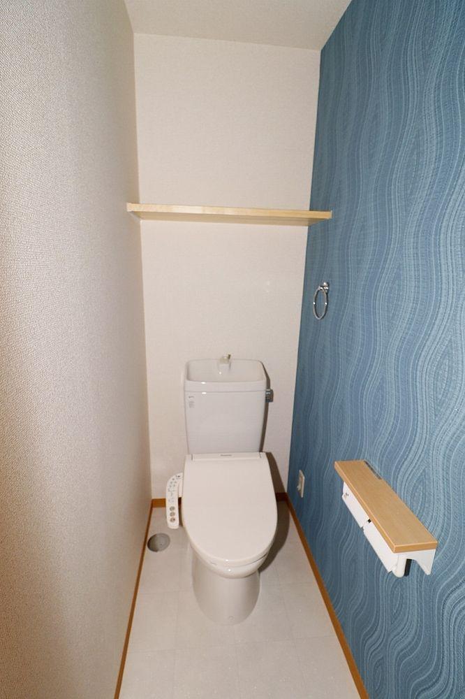 トイレは温水洗浄便座付き 上部棚もあります♪