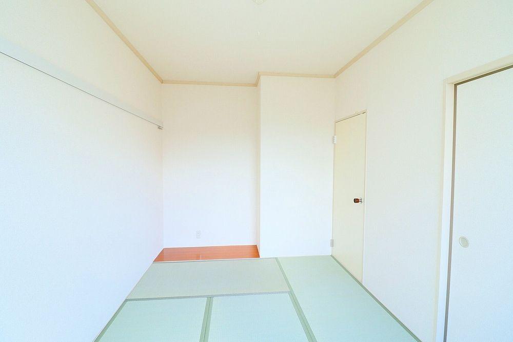 板の間があり、少し広めのお部屋