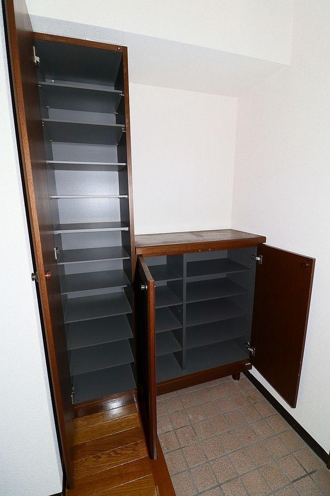下駄箱は棚の高さを変えられるので、ブーツの収納もらくらく♪
