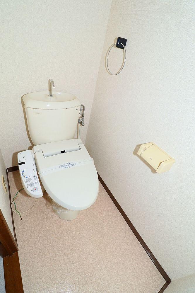 トイレは温水洗浄便座付き 上部棚も付いています