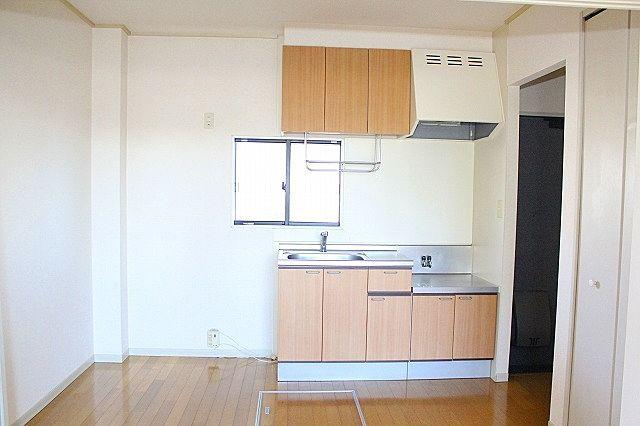 キッチンは窓が有り、換気も出来る明るいキッチン