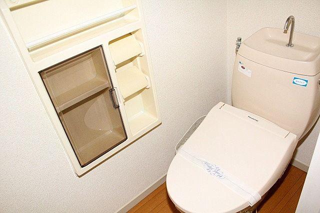 トイレは温水洗浄便座付き トイレットペーパーの収納棚もあります