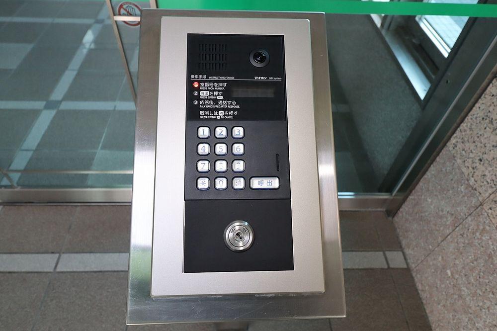 来訪者の対応はTVモニター付オートロックで