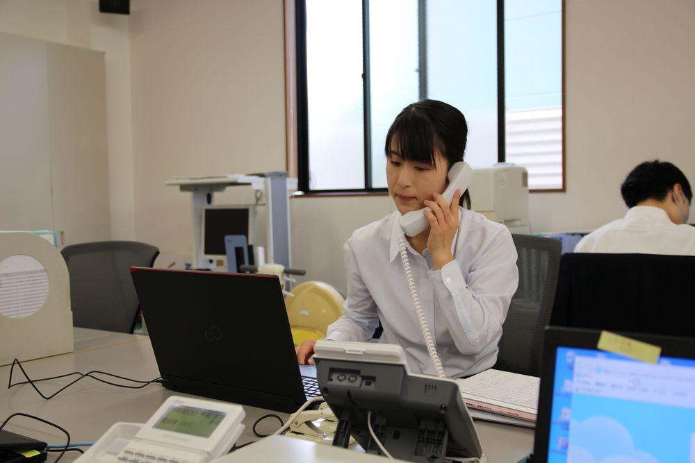 お客様と電話をして、ご要望や質問に答えていきます。