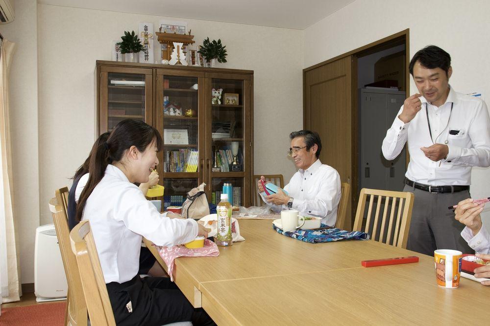 社員同士で楽しく話しながら、昼食を取ります。